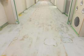 写真:製薬上場通路塗床工事下地処理