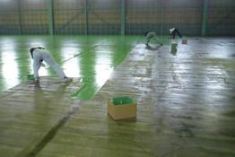 写真:塗床工事下塗り塗布中