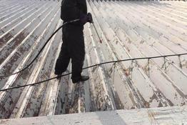 写真:化粧品工場折半屋根塗装工事
