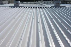 写真:工場の折半屋根遮熱塗装工事