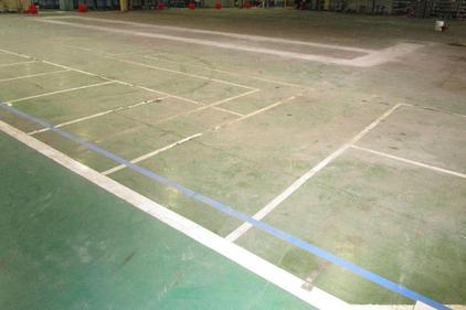 写真:自動車部品工場作業エリア床塗装工事施工前