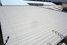 写真:工場折半屋根遮熱塗装工事