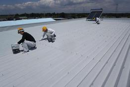 写真:自動車部品製造工場折半屋根遮熱塗装工事