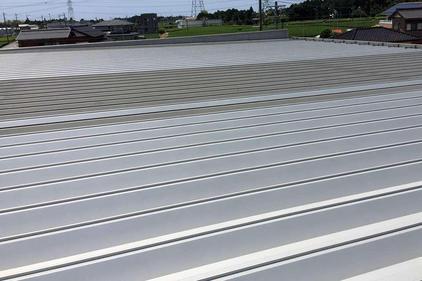 写真:自動車部品工場折半屋根塗装工事