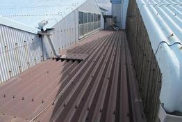写真:工場折半屋根塗装工事施工前