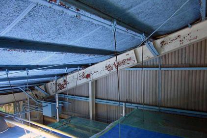 写真:工場屋根内部鉄骨塗装