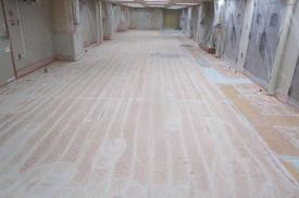 写真:医薬品工場通路厚膜エポキシ樹脂塗床工事下地処理 化粧品工場