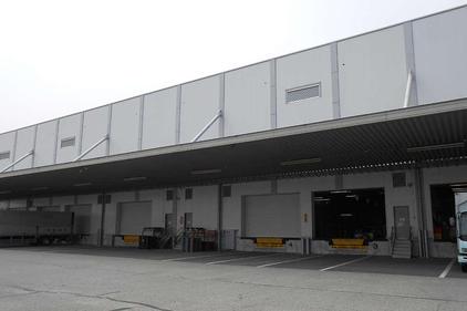 写真:外壁塗装 施工前 入出庫口 倉庫 工場